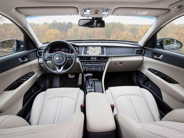 Interiér má prémiovú atmosféru. Tomu zodpovedá aj výber materiálov. Mulimediálne rozhranie obsahuje sériovo navigáciu.
