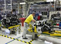 automobilka, robotníci, továreň, hala,