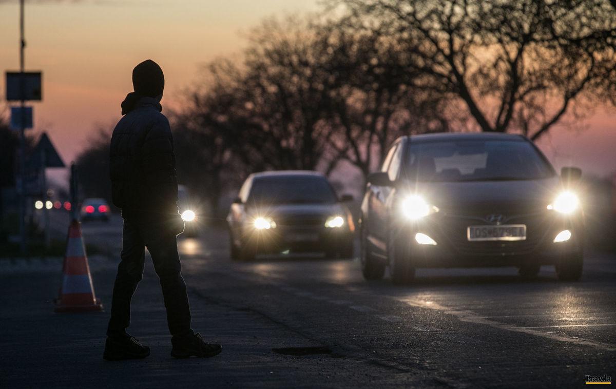 Chodci bez bezpečnostných svetelných prvkov zvyšovali počet obetí na cestách.