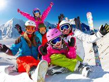 lyžovačka, lyže, zima, hory, sneh, rodina, radosť, smiech, prilby, okuliare, slnko, deti, rodičia, veselosť, zimné športy,