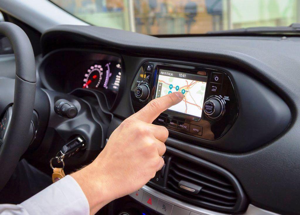 V rámci príplatkovej výbavy je k dispozícii aj rádio UConnect s päťpalcovou dotykovou obrazvkou. S výnimkou výbavy Tipo sa dá prikúpiť aj navigácia.