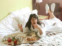hotel, posteľ, raňajky, jedlo, jedenie, dovolenka, turistika, turistka, večera, cestovanie, žena, župan, strava,