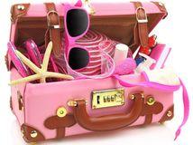kufor, leto, ružový kufor, balenie, dovolenka, turista, cestovanie, slnečné okuliare, uterák, pláž, opaľovanie, klobúk, opaľovací krém,