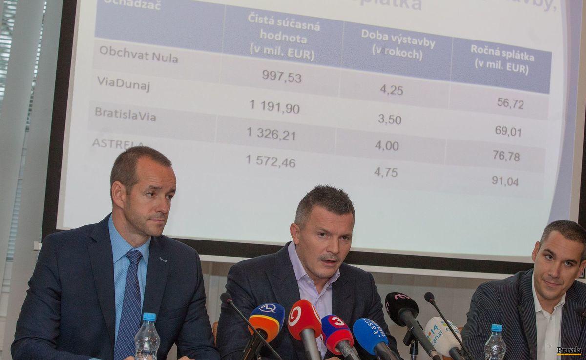 Minister dopravy Ján Počiatek spolu so štátnym tajomníkom Viktorom Stromčekom predstavili ponuky konzorcií na bratislavský obchvat.