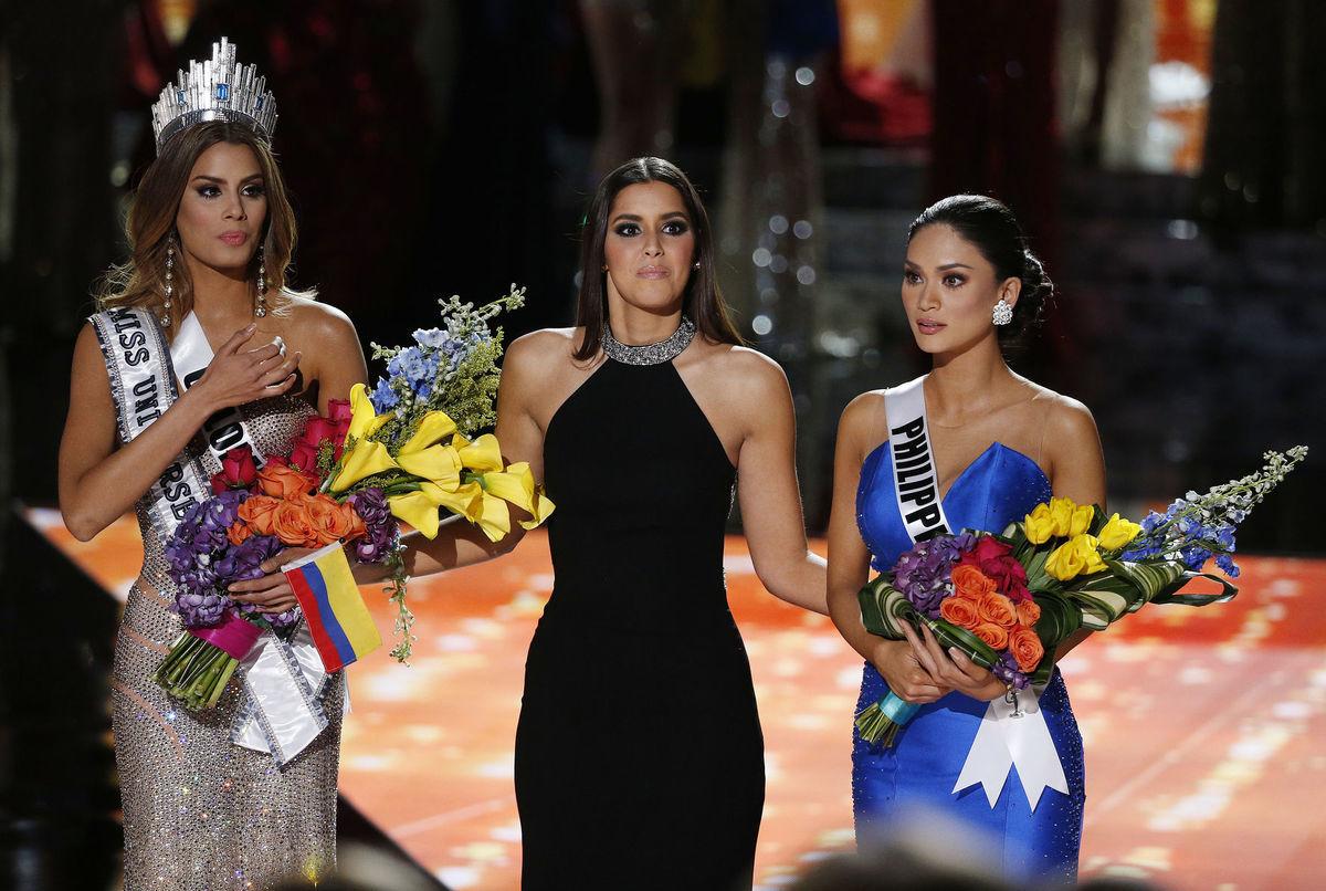 Predošlá Miss Universe Paulina Vega (v strede) musela vziať korunku Miss Kolumbia (vľavo) a dať ju na hlavu  Miss Filipín (vptavo).