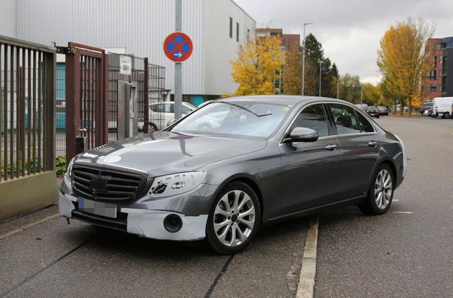 Karoséria piatej generácie Mercedesu-Benz triedy E bude opäť o niečo väčšia.