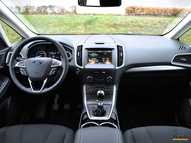 Predná časť interiéru je pre Ford typická.