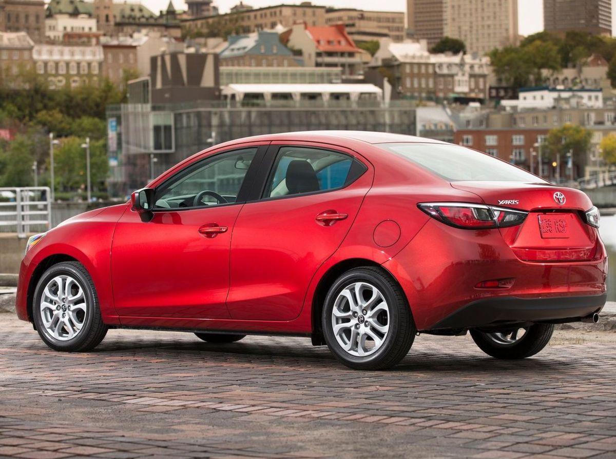 Najmä zozadu vidieť spriaznenosť s Mazdou 2 sedan. Toyota si dokonca nedala námahu zmeniť ani dizajn kolies.