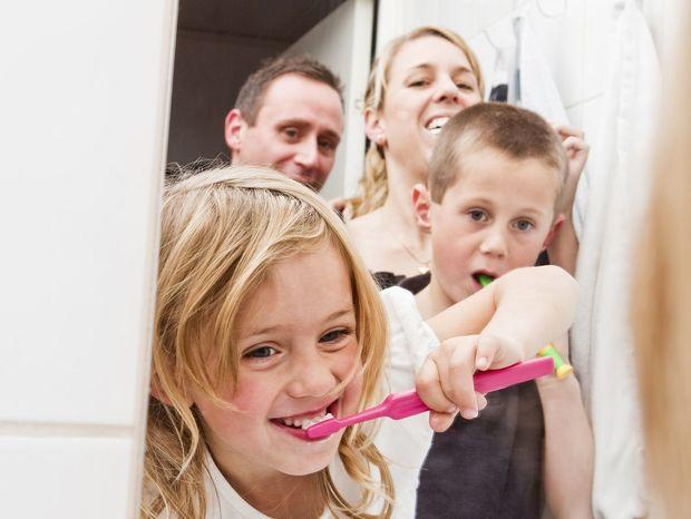 deti, rodičia, kúpeľňa, zuby, chrup, čistenie zubov, zubná kefka