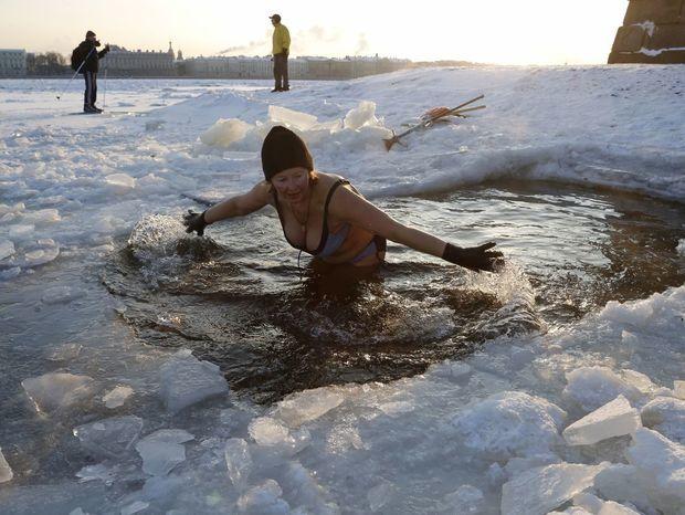 Otužilá Ruska sa kúpe v rieke Neva v Petrohrade.