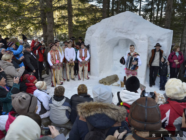 Vystúpenie folklórneho súboru zLendaku pri snehovom betleheme v blízkosti Rainerovej chaty.