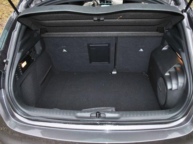 Batožinový priestor má priemerný objem, no vysokú nakladaciu hranu.