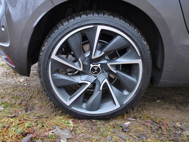 Menší priemer diskov a vyššia bočnica pneumatík sú pre naše cesty vhodnejšie.