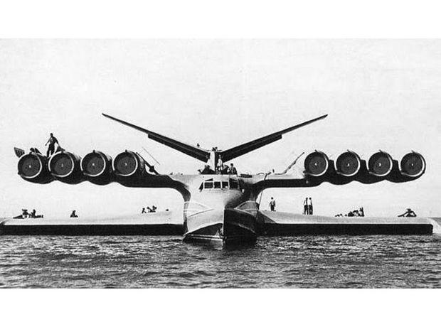KM poháňalo osem prúdových motorov, ktoré dokázali smerovať prúd plynov priamo, ale aj nadol. Po dosiahnutí kritickej rýchlosti sa ekranoplán vzniesol nad hladinu a dosahoval rýchlosť až 500 km/h.