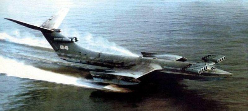 Ekranoplán KM bol prvým plne funkčným prototypom. Na nízky let využíval takzvaný ground effect, teda tlak medzi vodnou hladinou a malými krídlami.