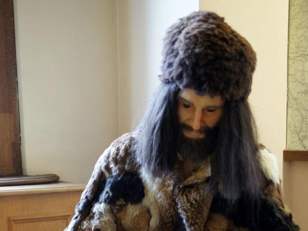 Rekonštrukcia oblečenia pravekého muža, ako je vystavená v Ötziho múzeu.
