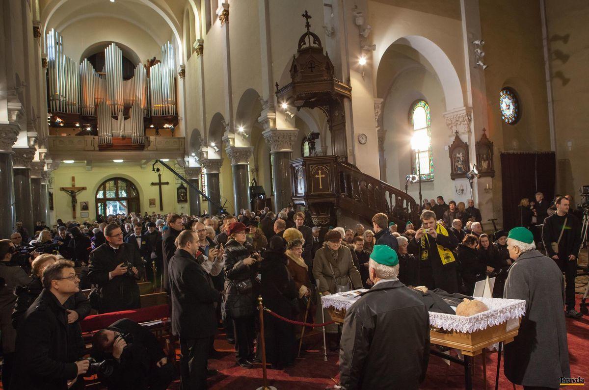 Posledná rozlúčka s Antonom Srholcom v bratislavskom kostole Blumentál.