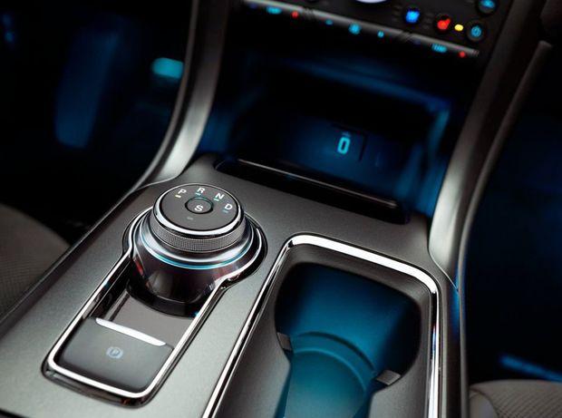A máme tu tiež nový kruhový ovládač automatickej prevodovky, podobný tomu v Jaguaroch.