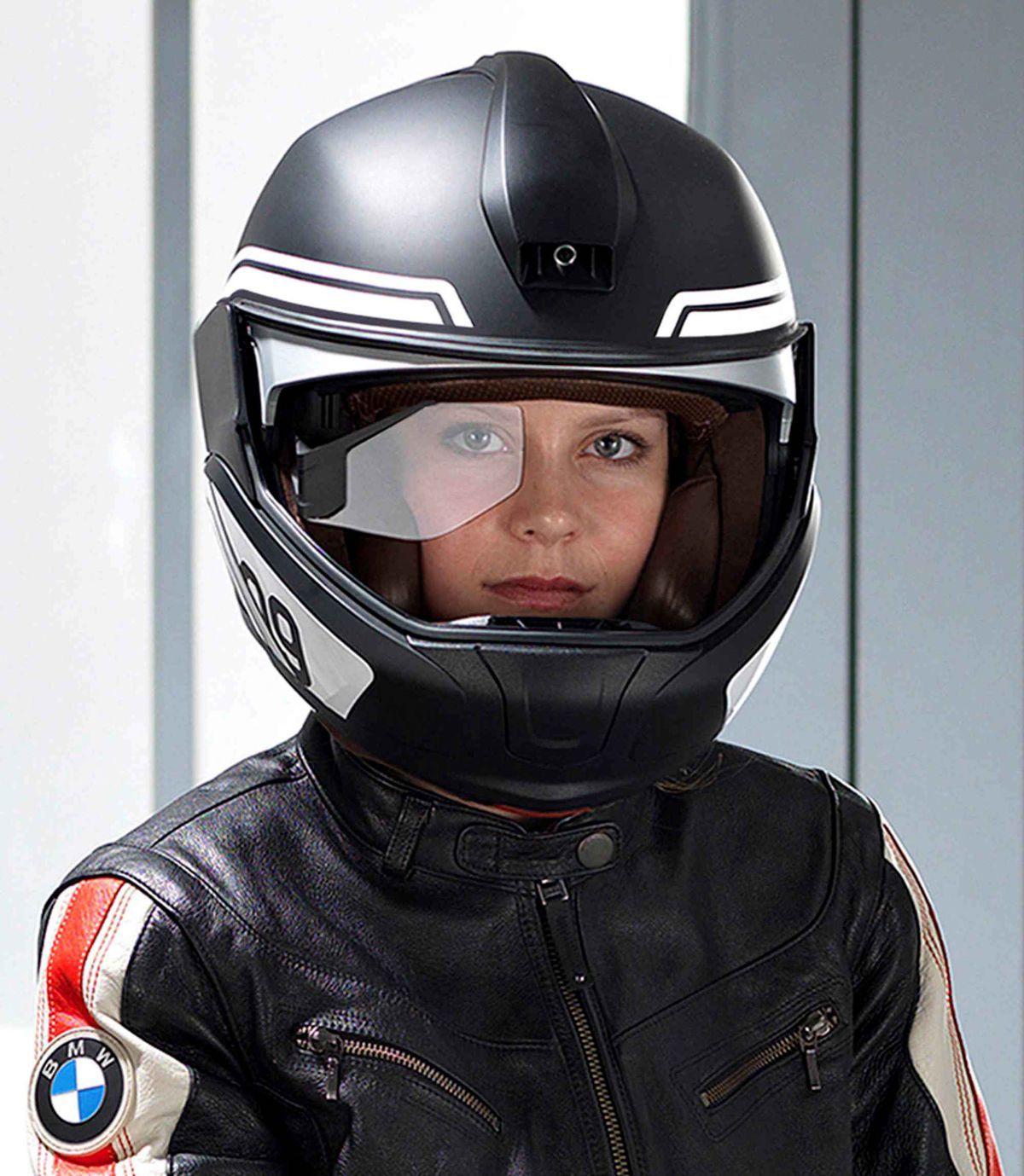 Na zobrazenie údajov využíva head-up displej sklíčko pred pravým okom jazdca.