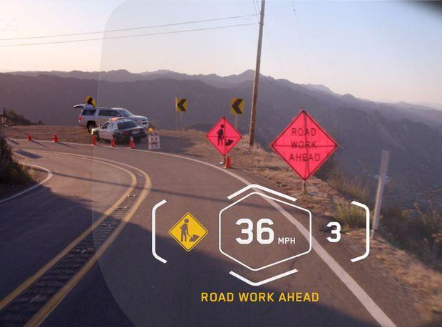 Head-up displej v prilbe funguje podobne ako pri autách. Dôležité informácie sa zobrazujú v zornom poli jazdca. Všetko riadi jednotka na riadidlách. Batérie umožňujú päť hodín bezproblémovej prevádzky.