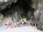 Svätyňa Phra Nang je plná falusov rôznej veľkosti.