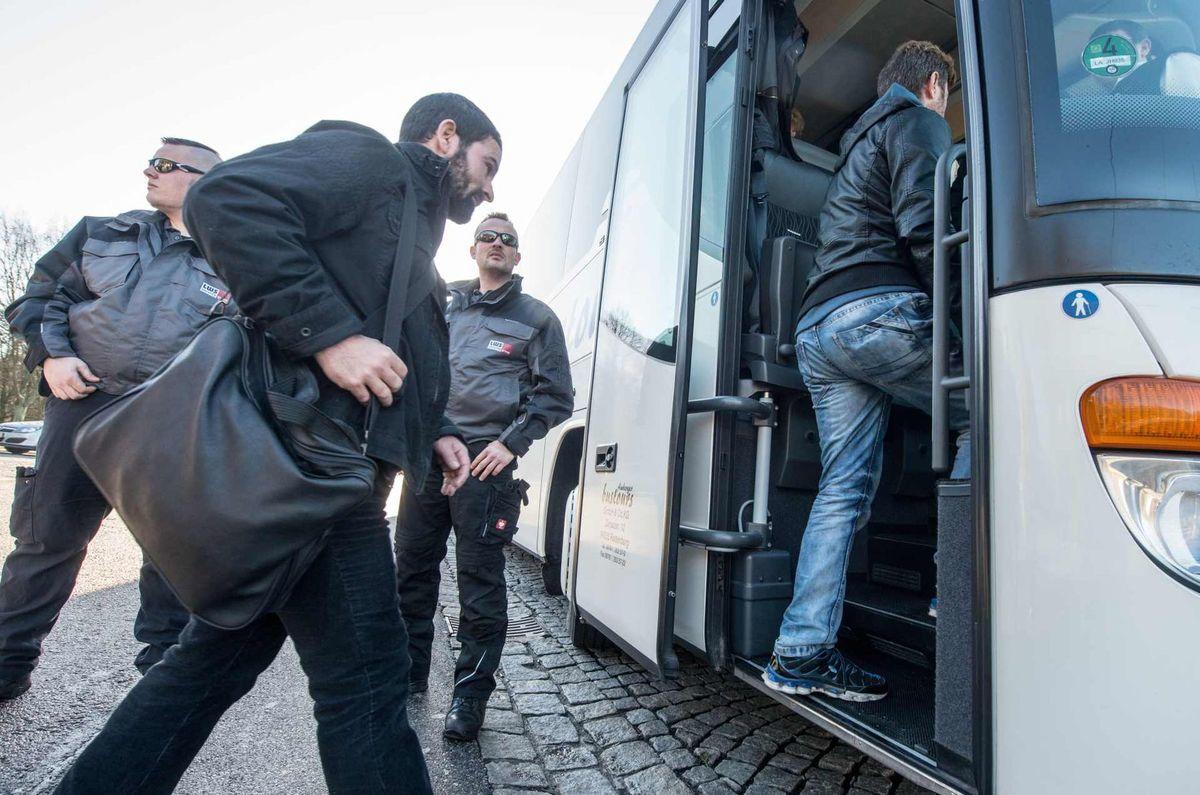 Sýrski utečenci nastupujú do autobusu, ktorý poslal bavorský politik Peter Dreier do Berlína pred úrad spolkovej kancelárky Angely Merkelovej.