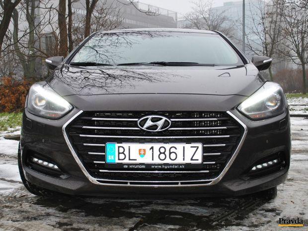 Hyundai i40 chce byť fešák. Má novú masku chladiča a prepracované svetlá.