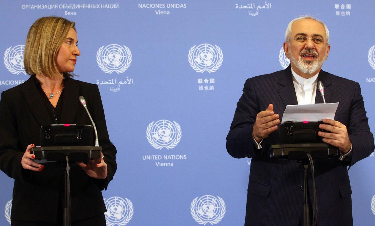 Vysoká predstaviteľka Európskej únie Federica Mogheriniová a iránsky minister zahraničných vecí Mohammad Javad Zarif (vpravo) na tlačovej konferencii vo Viedni v sídle Medzinárodnej agentúry pre atómovú energiu (MAAE). EÚ a USA zrušili sankcie voči Iránu.