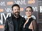 Herec Jason Sudeikis a jeho snúbenica  Olivia Wilde na premiére projektu Vinyl v New Yorku.