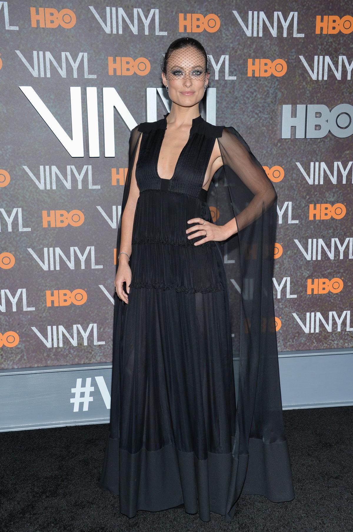 Olivia Wilde v šatách Valentino  na premiére filmu Vinyl v New Yorku.