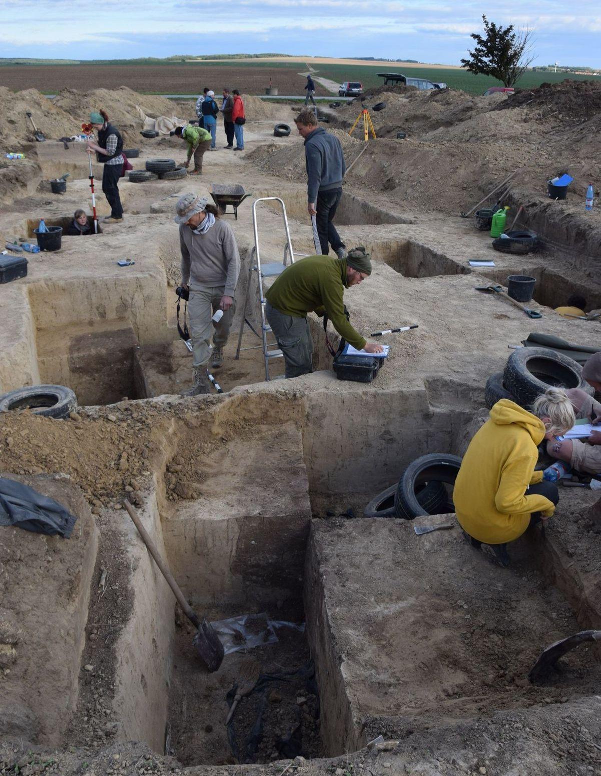 Archeológovia skúmajú pohrebisko vo Vrábloch. Hroby našli otvorené.