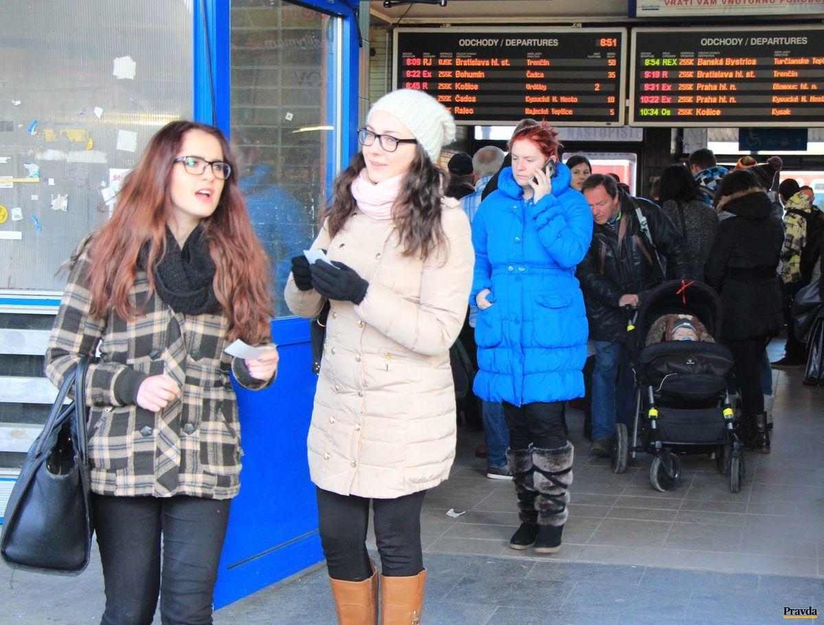 Vestibul žilinskej železničnej stanice sa naplnil najmä ráno. Cestujúci meškali do práce aj do roboty desiatky minút až dve hodiny.