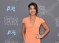 Herečka Gina Rodriguez v kreácii SAFiYAA.