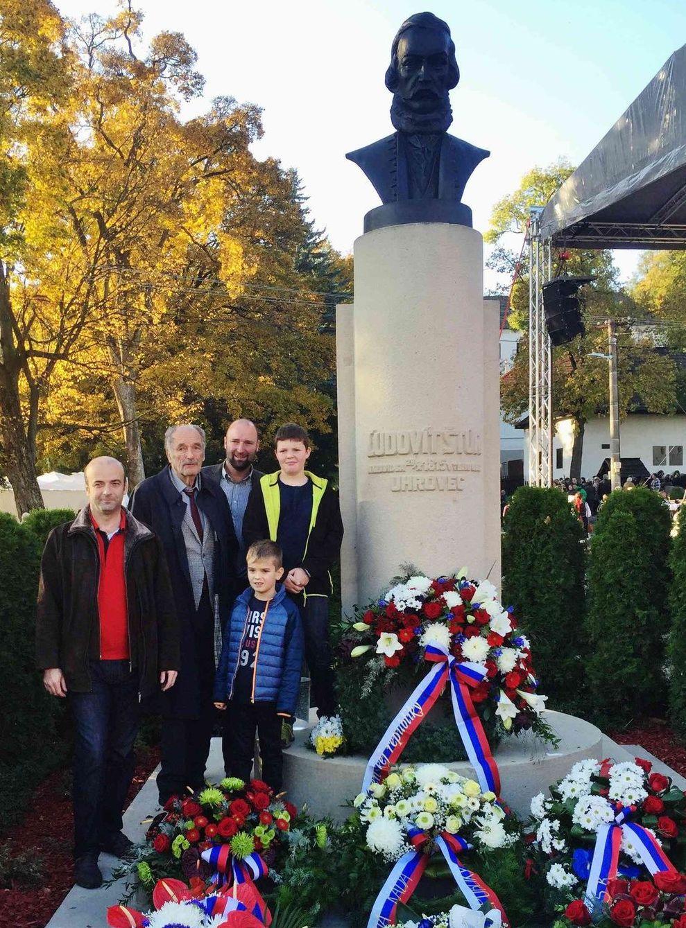 Ivan Štúr s dvoma synmi a vnukmi pred pomníkom slávneho predka v Uhrovci.