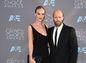 Herečka a modelka Rosie Huntington Whiteley a tiež jej snúbenec Jason Statham prišli oblečení do značky Saint Laurent by Hedi Slimane.