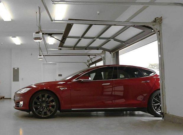 Najväčšou vychytávkou je funkcia Summon, ktorá umožňuje samočinné zaparkovanie a výjazd z parkovacieho miesta alebo garáže.