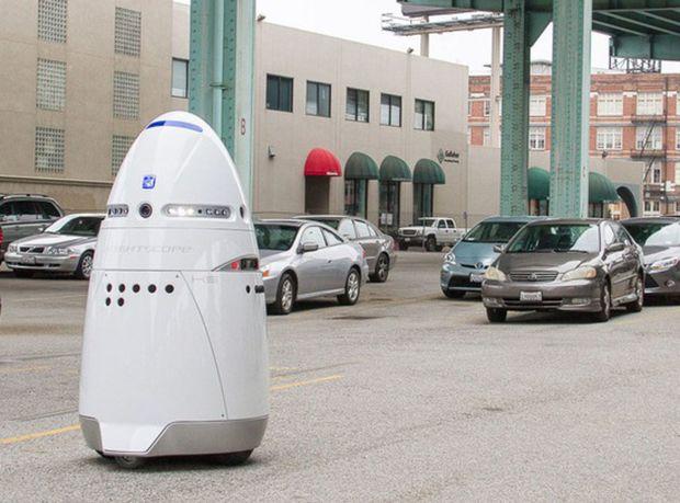 Robotický strážnik K5 má priateľský vzhľad. Ak sa však dopustíte trestnej činnosti, ohromí vás hlasným zvukovým signálom, privolá políciu a odošle jej rovno obrazový záznam.