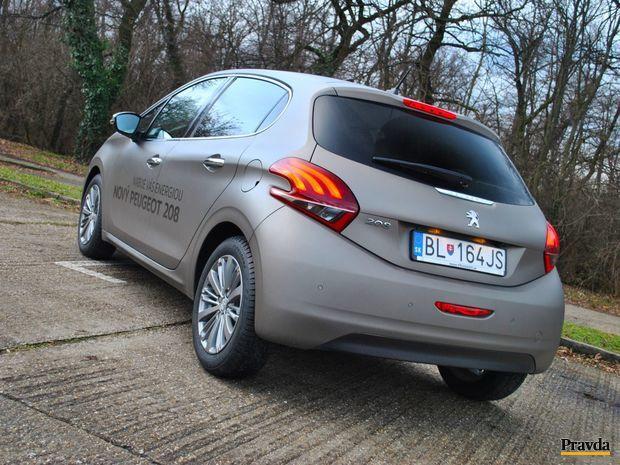 Malý Peugeot 208 má po svojej karosérii väčší počet záhybov, zákrut, oblín a tvarov. Nie je to nuda.