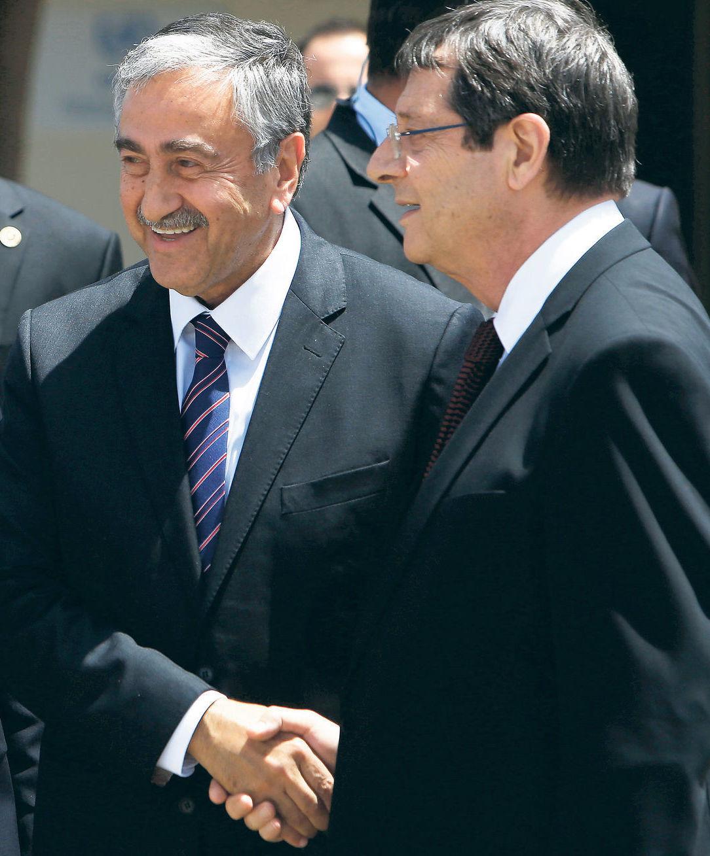 Severocyperský líder Mustafa Akinci (vľavo) a cyperský prezident Nikos Anastasiadis.