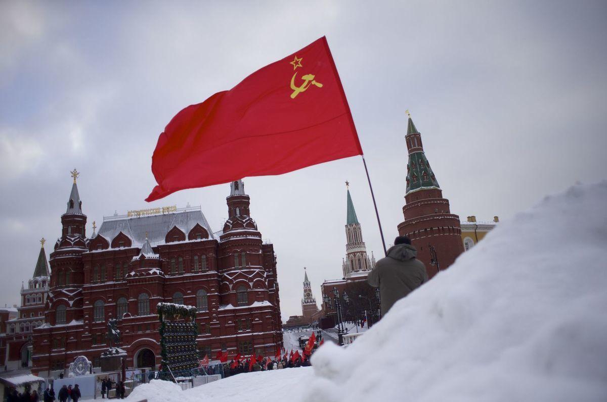 Podľa niektorých komentátorov viac ako Lenin zostáva v ruskej politike stále prítomný jeho následník Josif Stalin, aj keď jeho telo už pred desiatkami rokov vyniesli z mauzólea na Červenom námestí a jeho pomníky strhli.