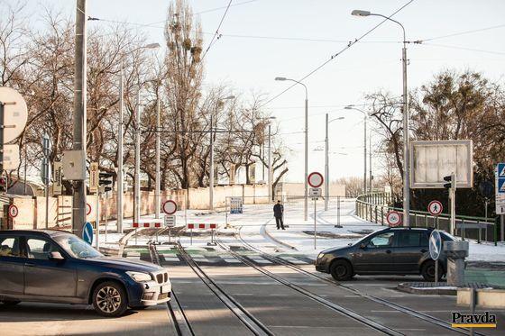 Bratislavčania nemôžu Starý most stále využívať.