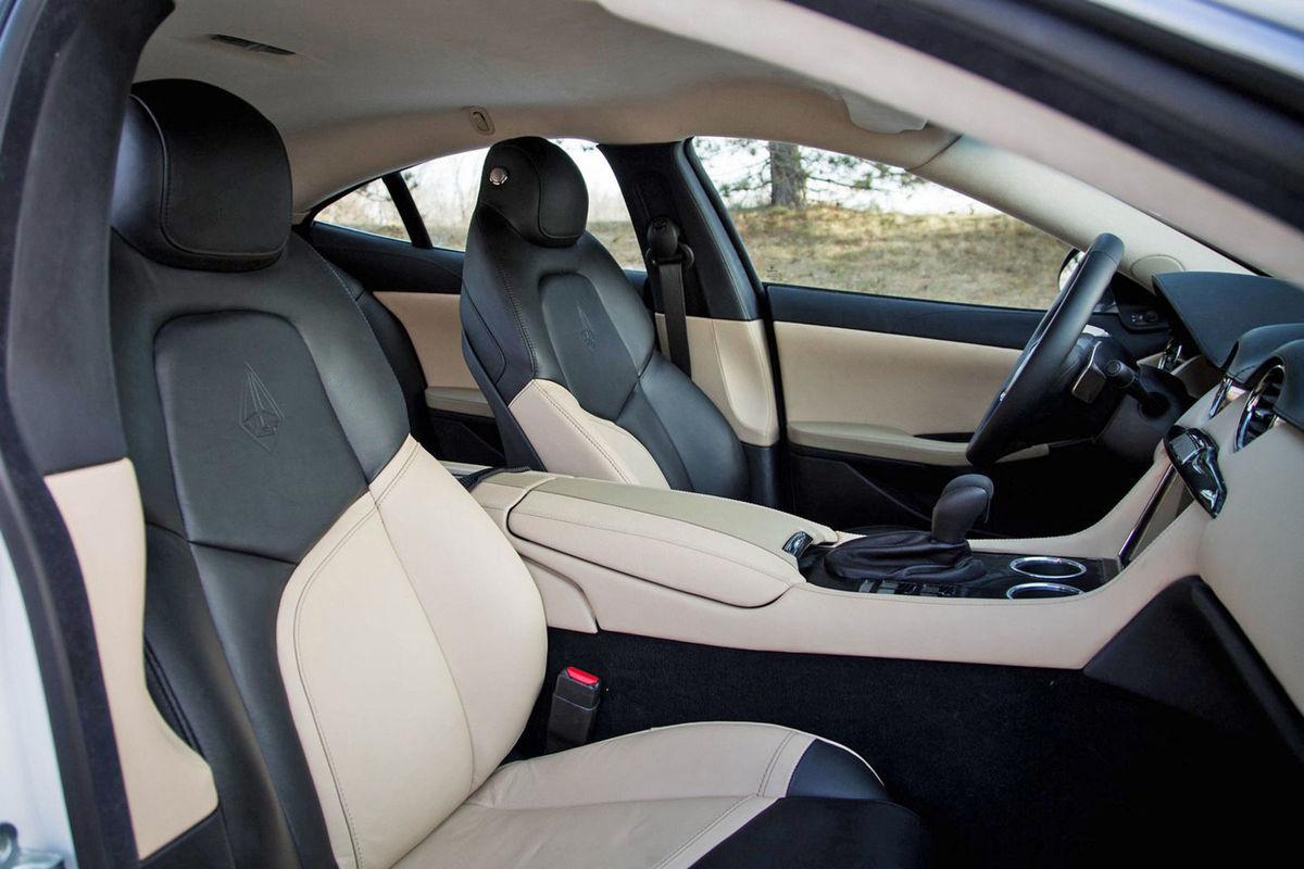 Interiér je na dnešné časy pomerne strohý. Pri aute s maximálkou 322 km/h to však môže byť  výhoda.