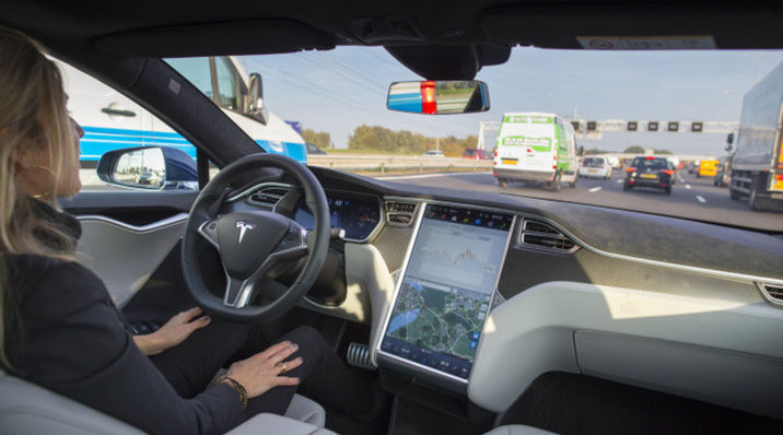 Automobilka Tesla Motors patrí medzi priekopníkov autonómnych automobilov.