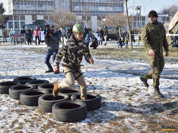 gumy, prekážková dráha, dobrovoľná vojenská služba,