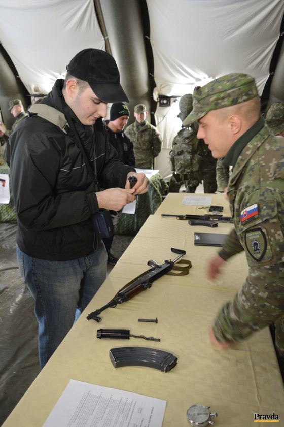 Vojaci pomáhali návštevníkom so zložením a rozložením samopalu.