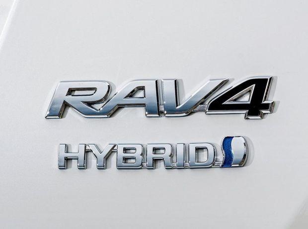 Hybrid bude dostupný s pohonom prednej aj oboch náprav. Štvorkolka tak k benzínovému motoru 2,5 Valvematic, prednému elektromotoru a bezstupňovej prevodovke pridáva ešte zadný elektromotor.