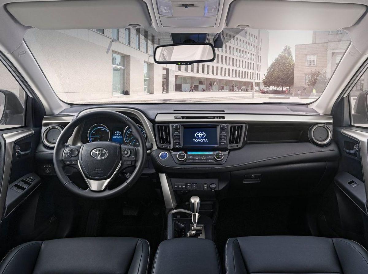 Interiér používa kvalitnejšie materiály. Najväčšou novinkou je prepracovaný prístrojový panel, stredová konzola s rozhraním Toyota Touch 2 so 7,5-palcovým monitorom.