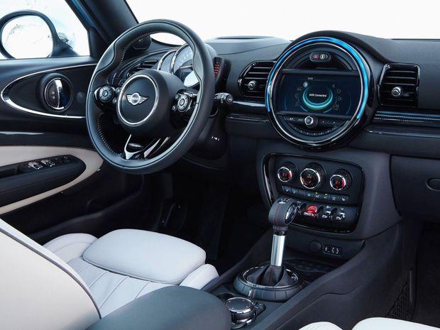 Interiér je vybavený v štandarde športovými sedadlami a koženým športovým volantom, čo zodpovedá úrovni Cooperu S. Aj tu však nájdete plakety All4.