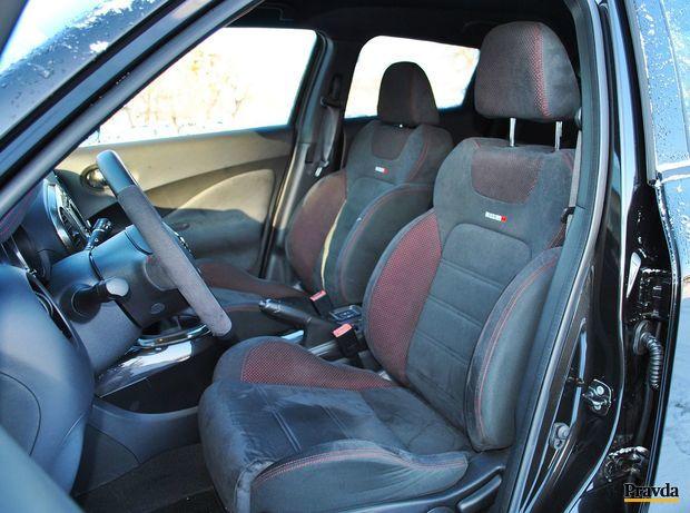 Semišové sedadlá držia telá v preťažení zákrut veľmi dobre.
