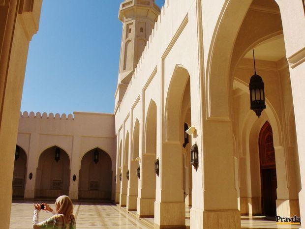 Bielym mramorom obložené nádvorie novej mešity sultána Kábúsa v Salalahe.